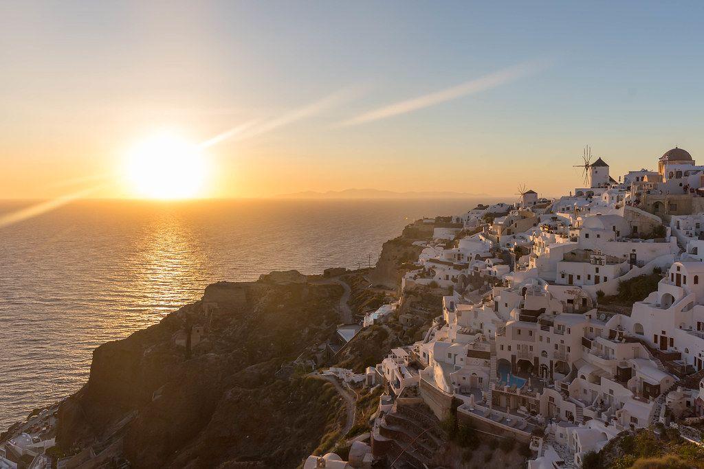 Urlaub in Griechenland. Das malerische Dorf Oia auf Santorin beim Sonnenuntergang