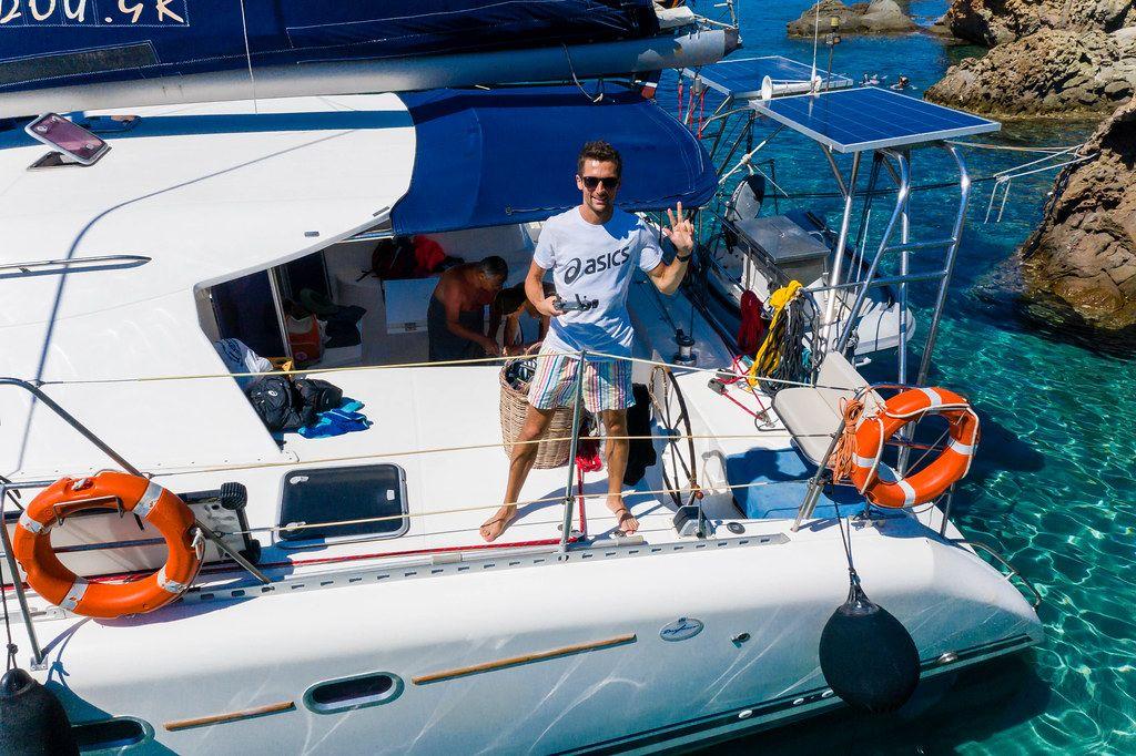 Urlaub in Griechenland: die Küste von Milos entdecken. Bootstour mit dem Katamaran