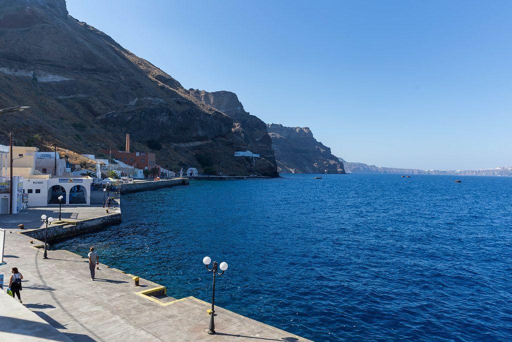 Urlaub in Santorin, Griechenland: die Küste mit den Klippen und dem Ägäischen Meer