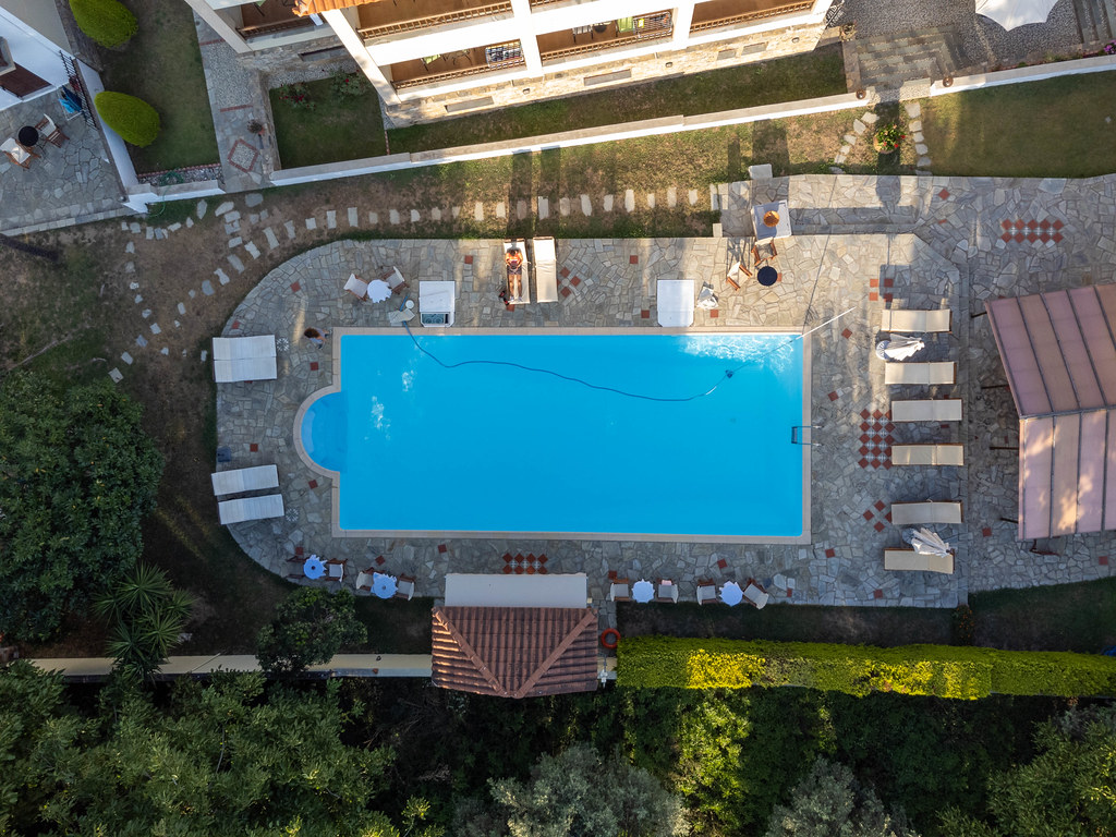 Urlaubsstimmung: Drohnenaufnahme des Schwimmbads des Sun Hotels auf Skopelos in Griechenland