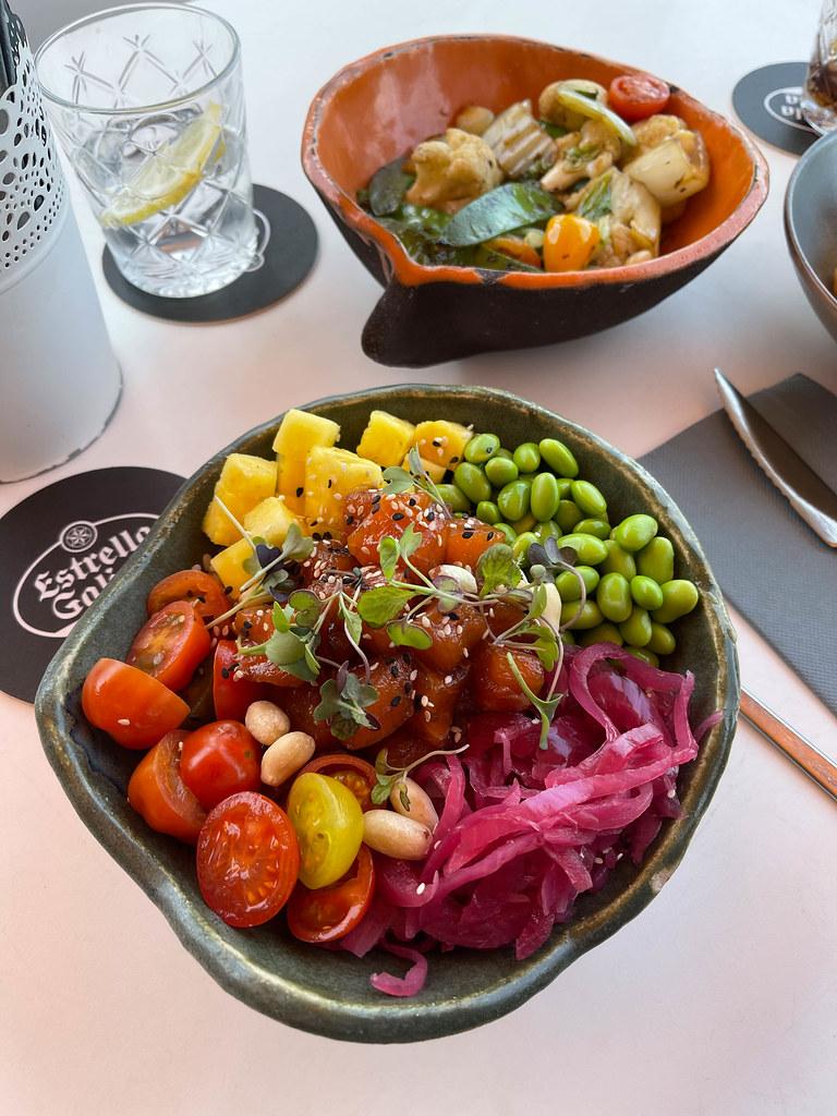 Veganes Essen in Muro auf Mallorca: Bowl mit dicken Bohnen, Ananas, Kirschtomaten, Wassermelone, Kernen