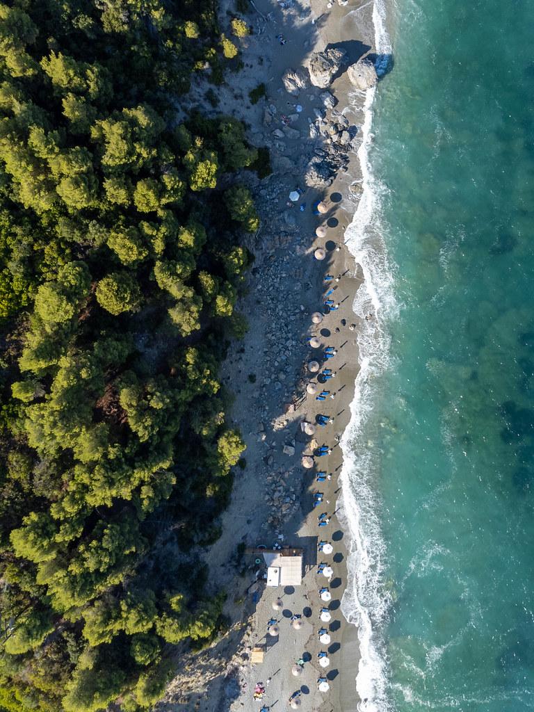 Velanio Beach: Drohnenaufnahme vom beliebten Strand auf der griechischen Insel Skopelos