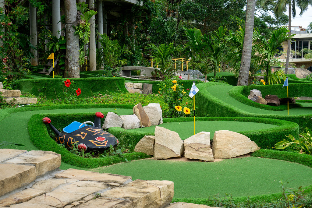 Verschiedene Minigolf Bahnen mit vielen Pflanzen und anderen Dekorationen bei Rory