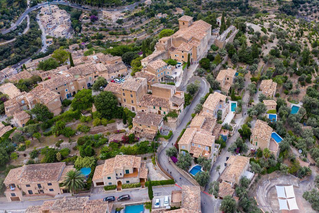 """Viele Häuser mit eigenem Pool in Deià. Luftaufnahme vom """"Künstlerdorf"""" auf Mallorca"""