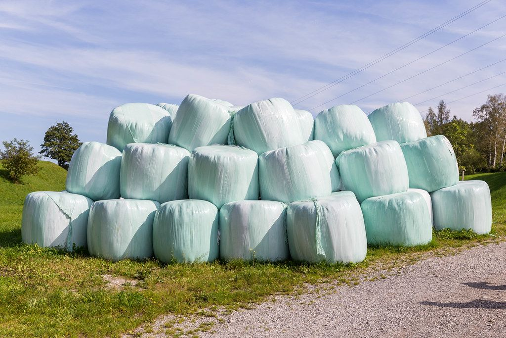 Viele verpackte Heuballen in Kramsach, Alpbachtal, Tyrol