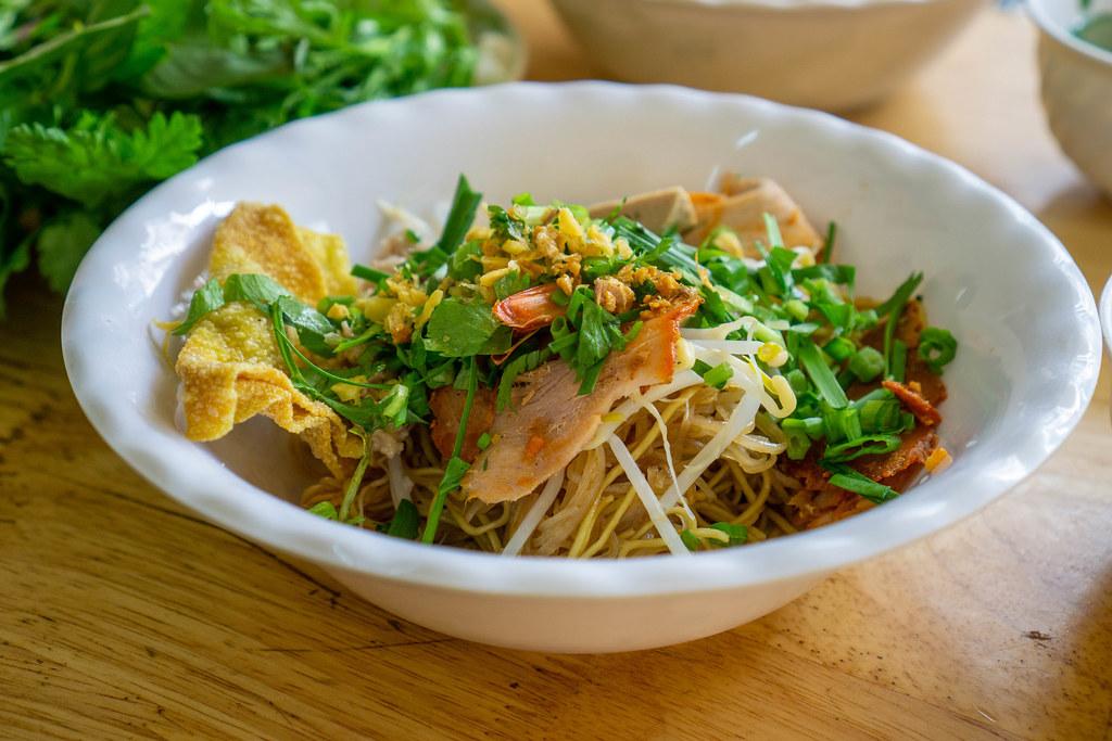 Vietnamesisches Gericht Hu Tieu Nudeln in einer Schüssel mit Sojasprossen, Schweinefleisch, Frühlingszwiebeln und Röstzwiebeln in einem Restaurant in Vietnam