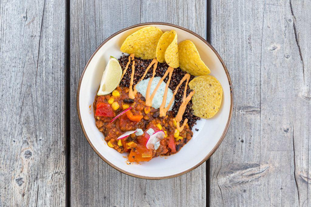 Villa Vegana auf Mallorca: veganer mexikanischer Tex-Mex Eintopf mit schwarzer Quinoa und Nachos