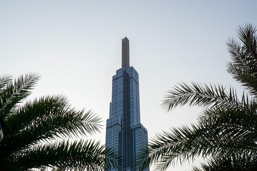 Vincom Landmark 81 als höchstes Gebäude Vietnams hinter Palmen von unten fotografiert in Ho Chi Minh Stadt, Vietnam
