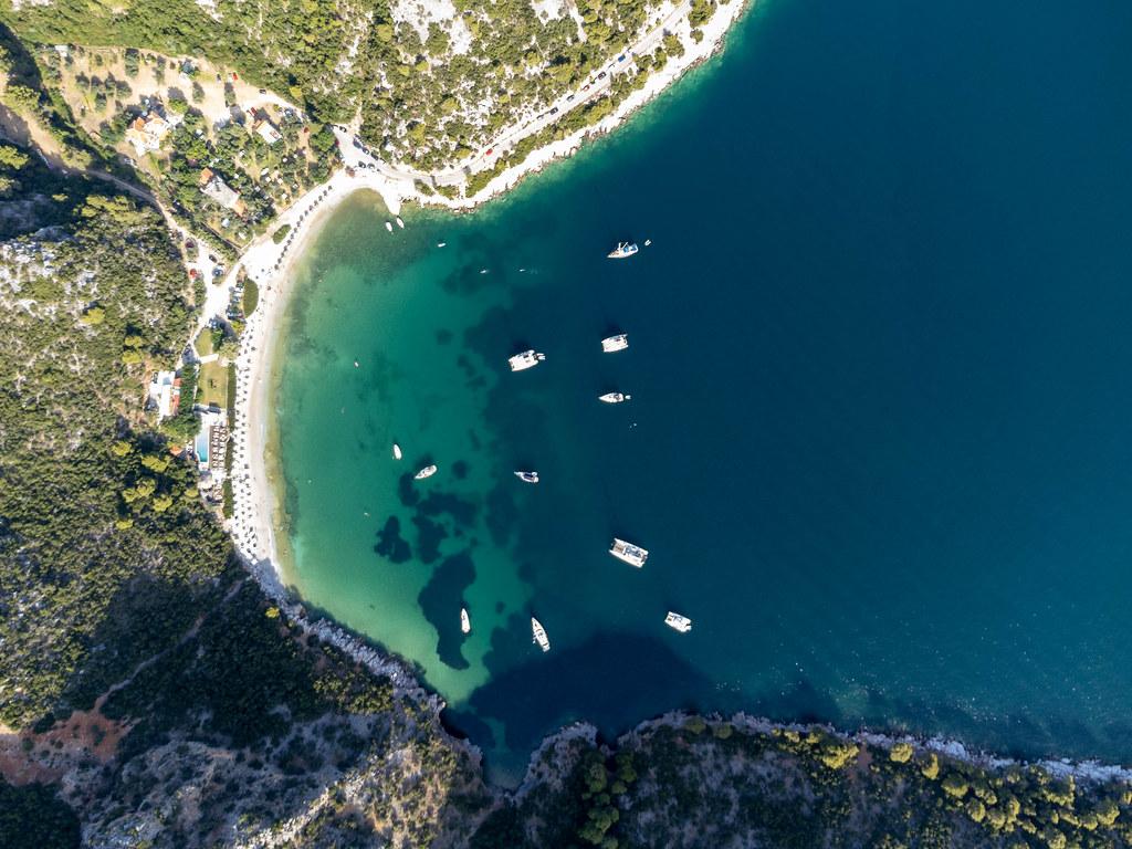 Vogelperspektive: Die Bucht von Limnonari mit Kiefern, Booten und Sandstrand auf Skopelos