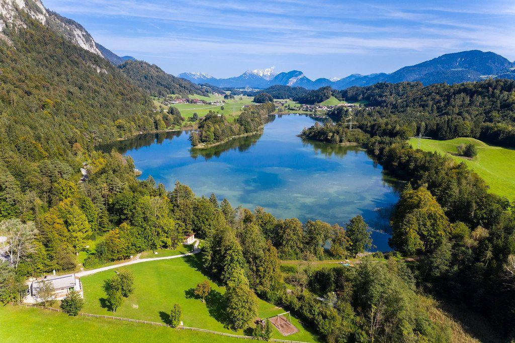 Von Anglern beliebt: Reintalersee im Kramsacher Seeplateau. Drohnenaufnahme im Herbst