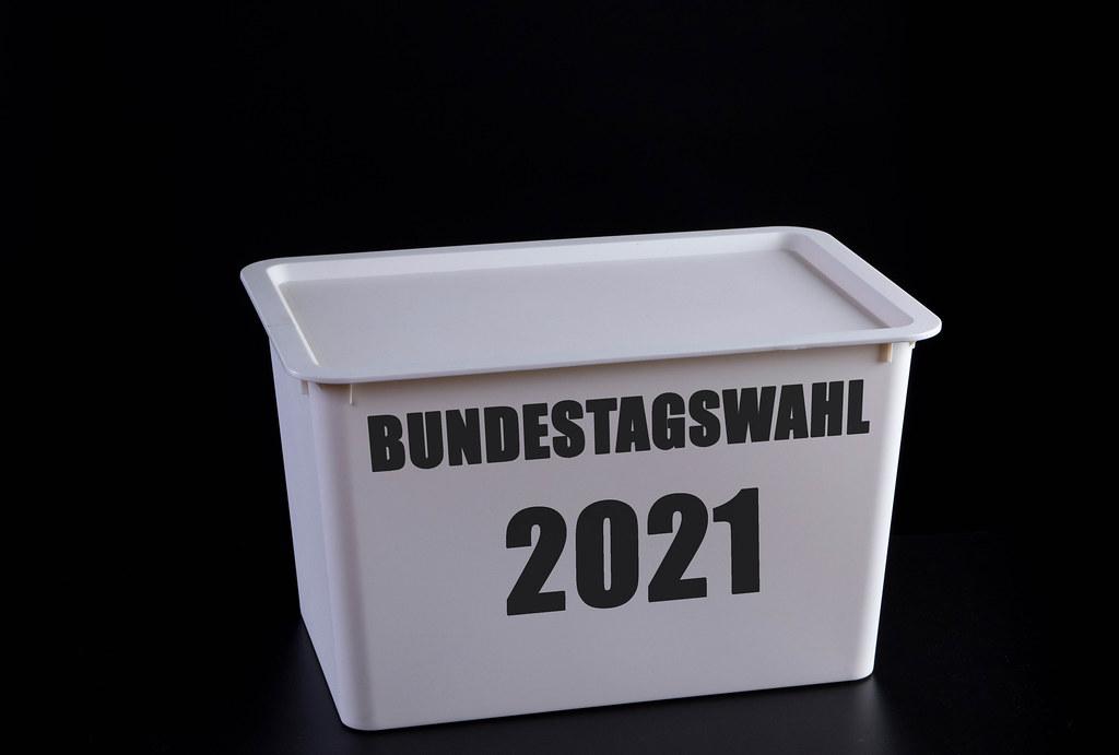 Wahlurne mit Bundestagswahl 2021 text