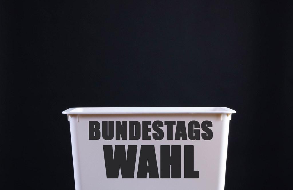 Wahlurne mit Bundestagswahl text