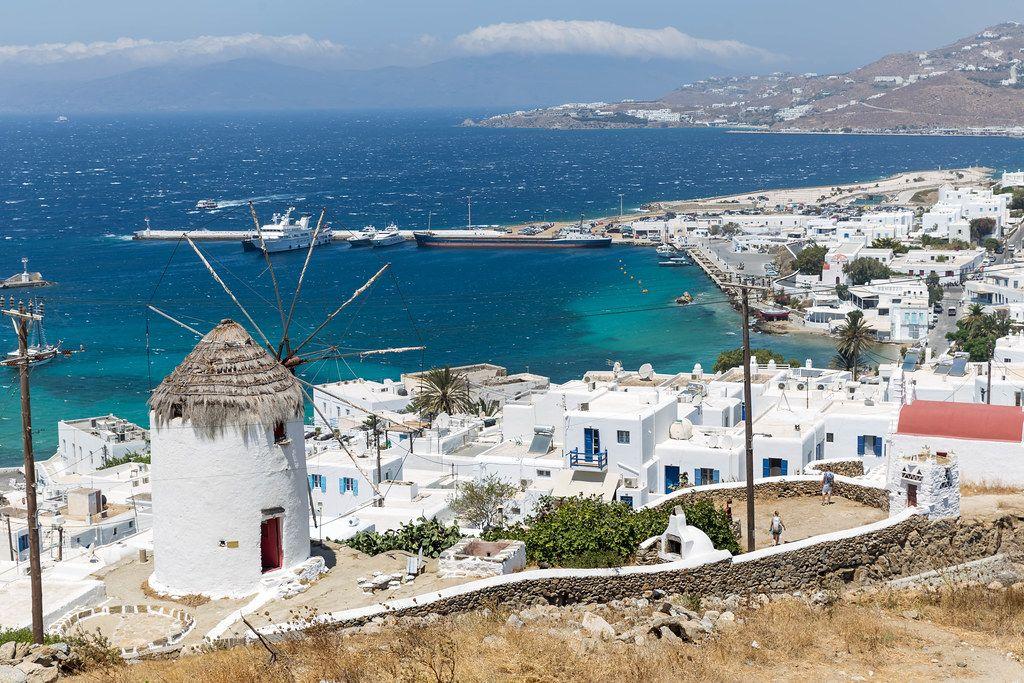 Wahrzeichen der Kykladen: Windmühle auf Mykonos mit Blick auf die Stadt und den Hafen von Chora