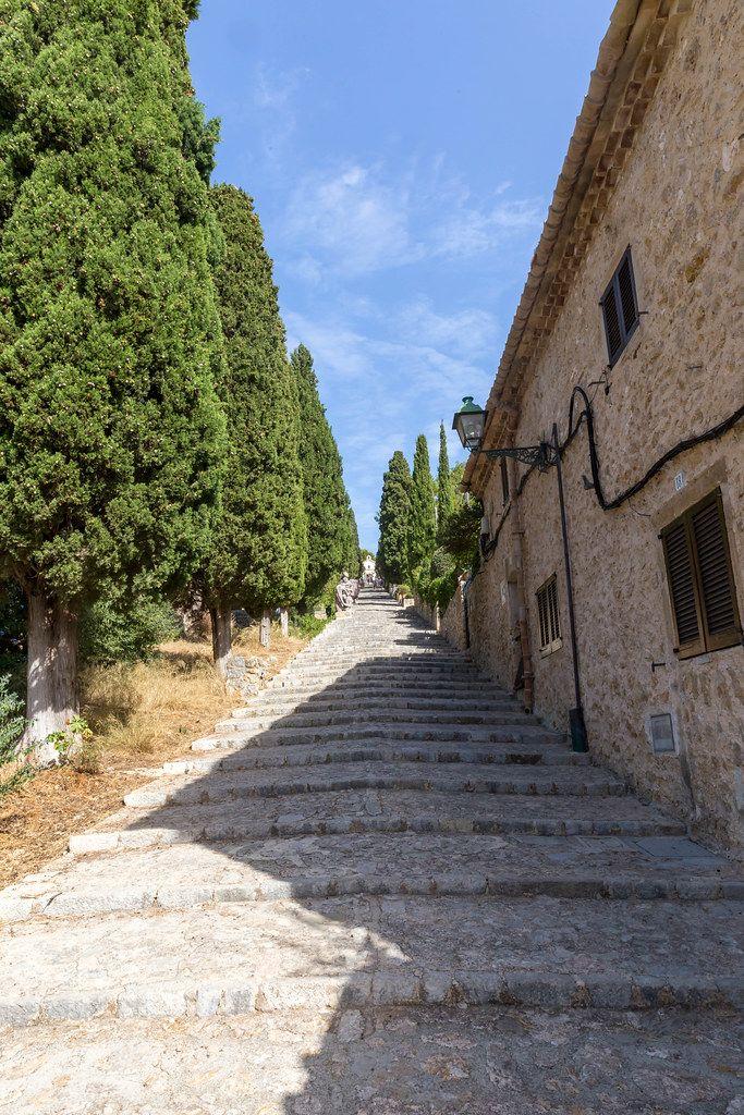 Wahrzeichen von Pollença: die Treppe mit 365 Stufen, die zum Kalvarienberg führt