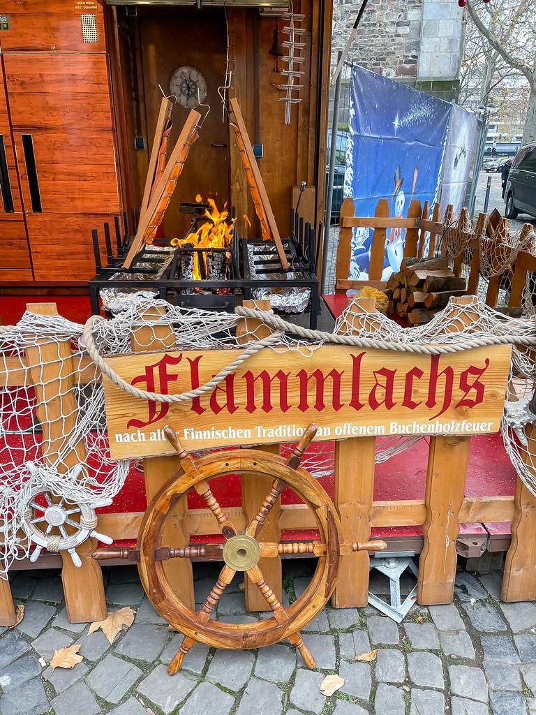 Weihnachten ohne Weihnachtsmärkte: ein einzelner Stand, der Flammlachs am Neumarkt in Köln anbietet