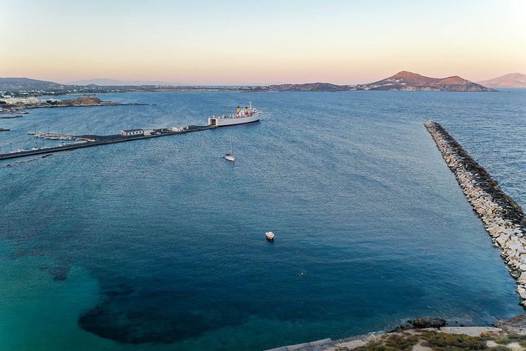 Weißes Frachtschiff Kapetan Christos im Hafen von Naxos am Sonnenuntergang. Drohnenaufnahme