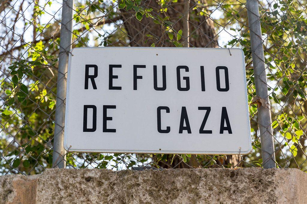 Weißes Schild auf Spanisch