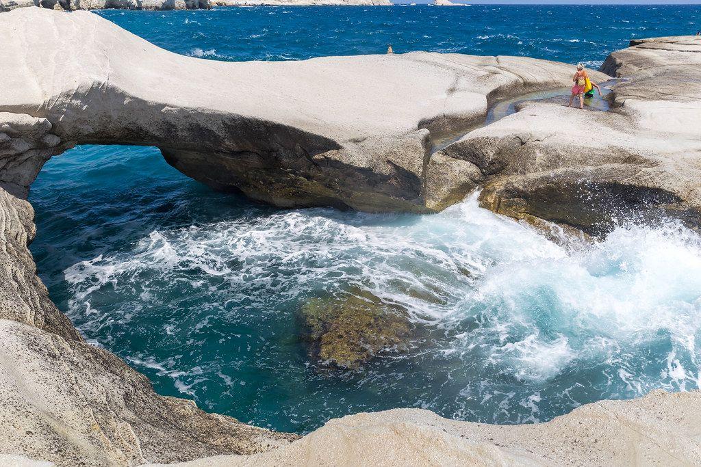 Wellen schlagen interessante Felsformationen in Sarakiniko an der Nordküste von Milos, Griechenland