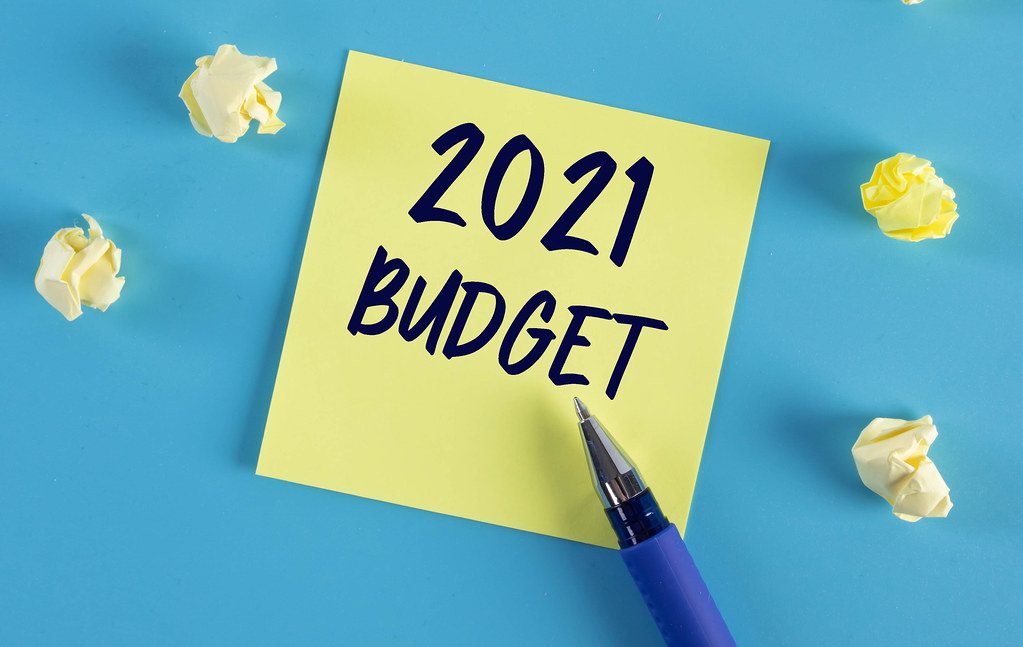 Yellow sticky note with 2021 Budget text