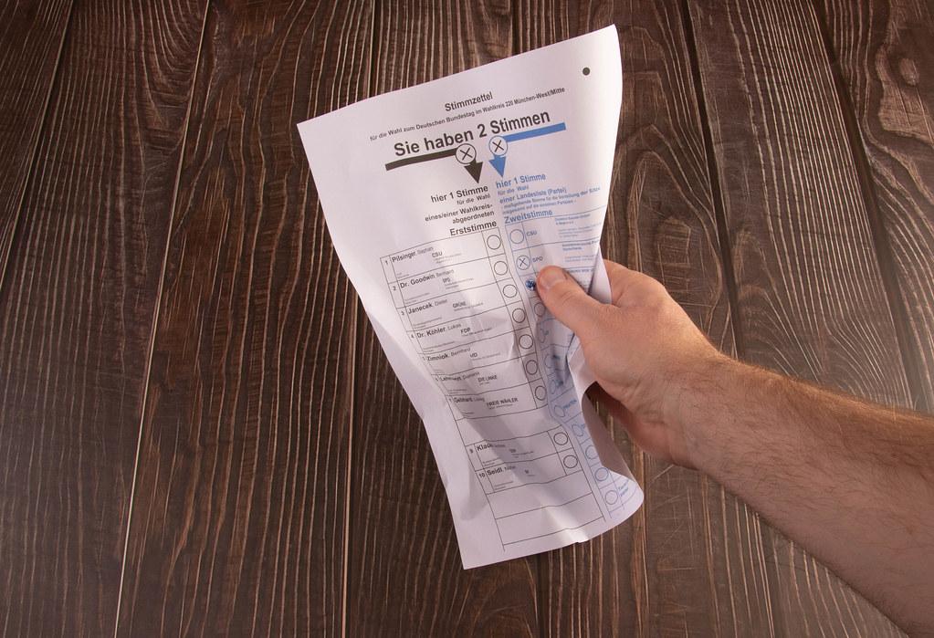 Zerknüllter Stimmzettel zur Bundestagswahl
