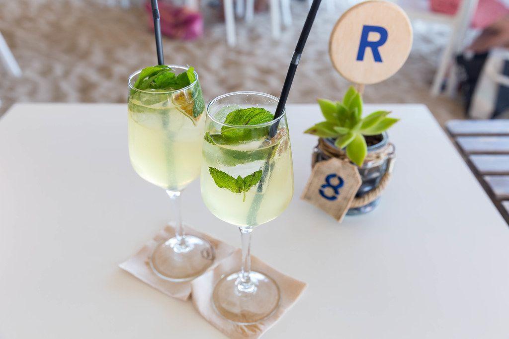 Zwei Gläser Hugo: leicht alkoholischer Cocktail aus Prosecco mit frischer Minze