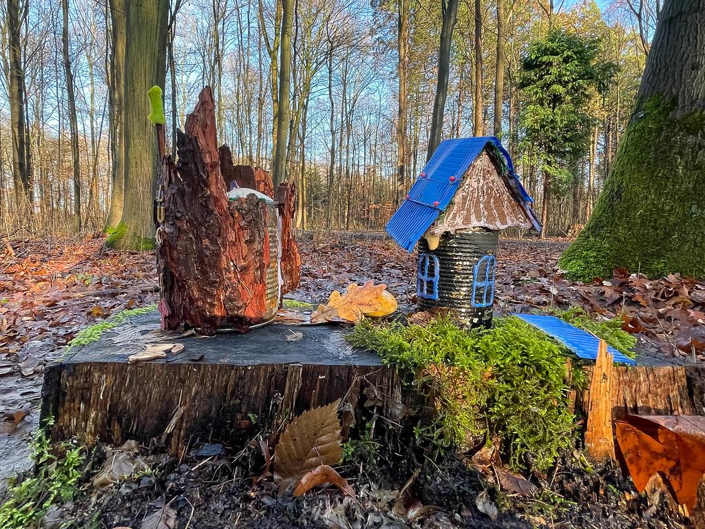 Zwei Metallbehälter zu einem Spielzeughaus und einem Schloss umgestaltet. Friedenswald in Köln