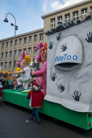 #MeToo Wagen beim Rosenmontagszug - Kölner Karneval 2018