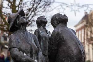 """""""Die drei Touristen"""" von Annet Haring: Bronzeskulpturen gucken in den Himmel in Joure (Niederlande)"""