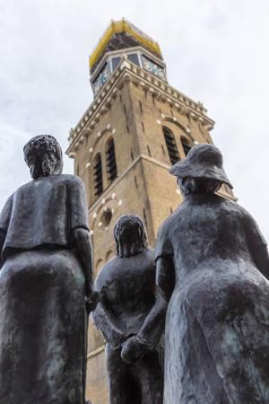 """""""Makke Troch - Annet Haring"""": Drei Touristen-Statuen mit Blick nach oben, in der Fußgängerzone von Joure"""