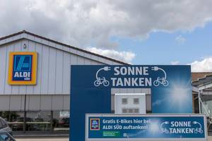 """""""Sonne tanken"""" für mehr Nachhaltigkeit: Kostenlose Elektro-Ladestation für E-Bikes auf einem Aldi-Süd Parkplatz"""