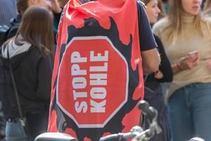 """""""Stopp Kohle"""" Banner um Wälder zu retten: Demonstrant beim Klimastreik in Köln"""
