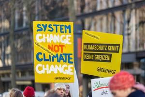 """""""System change not climate change"""" und """"Klimaschutz kennt keine Grenzen"""" auf den Plakaten der Demonstranten bei Fridays for Future"""