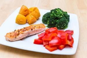 """""""Vier Jahreszeiten Menü"""": Lachsfilet, Brokkoli, Paprika und Süßkartoffeln"""