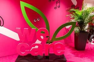 """""""We care"""" - Label der Telekom, zur Kennzeichnung von nachhaltigen Produkten"""