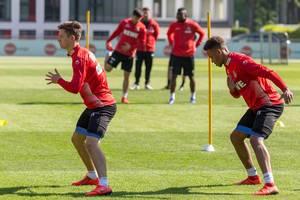1. FC Köln Fußballtraining des neuen Trainers André Pawlak mit Abwehrspieler Noah Katterbach und Mittelfeldspieler Nikolas Nartey