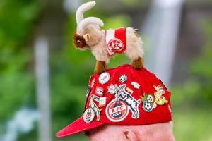 1. FC Köln Mütze eines Fans mit Ansteckern und Hennes (Geißbock)