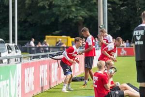 1. FC Köln Spieler beim Training mit Trainingsbändern und Hanteln