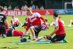 1. FC Köln Spieler Brady Scott auf der Trainingsmatte
