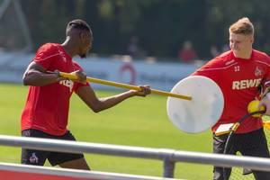 1. FC Köln Spieler Kingsley Ehizibue und Torwart Julian Krahl albern herum, nach dem Fußballtraining auf dem Spielfeld am Clubhaus Geißbockheim