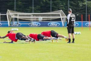 1. FC Köln Spieler machen Unterarmstütze