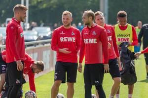 1. FC Köln Spieler Simon Terodde, Johannes Geiss, Marcel Risse und Nikolas Nartey bei der Mannschaftsbesprechung während des Trainings