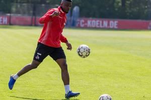 1. FC Köln Stürmer Jhon Córdoba schießt den Ball beim ersten Fußballtraining des neuen Trainers André Pawlak