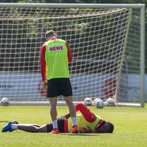 1. FC Köln Stürmer Jhon Cordoba veletzt sich beim ersten Training mit dem neuen Trainergespann um André Pawlak und Manfred Schmid