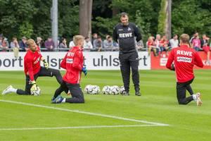 1. FC Köln Torwarte beim Dehnen