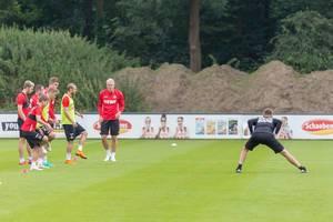 1. FC Neuzugänge beim Dehnen vor dem Training