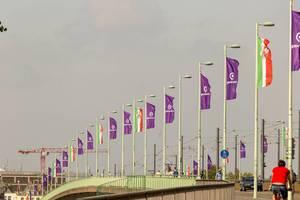 10 Jahre Gamescom: NRW- und Gamescom-Flaggen auf der Deutzer Brücke in Köln