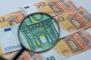 100 Euro Geldschein unter der Lupe