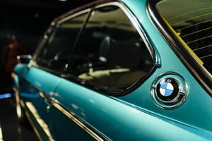 1971 – BMW 3.0 CSI: linke Seite vom Fahrzeug mit BMW Logo in Nahaufnahme