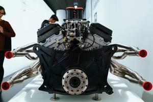 1999 BMW P75 V12 Le Mans Motor in Rückansicht im BMW Museum