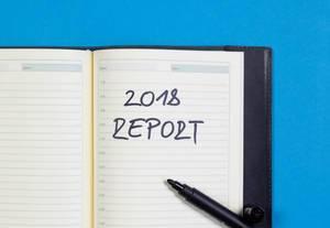 2018 Report - Bericht des Jahres 2018 auf einem Notizbuch mit schwarzem Pfilzstift geschrieben